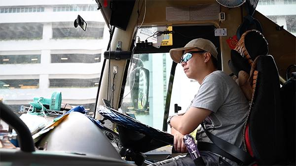 一名旅游巴士司机自愿参加慢驶游行,反修例风波以来,他的收入大幅下降。