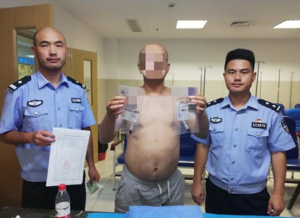 警员带周某查验血液中酒精含量。警方供图