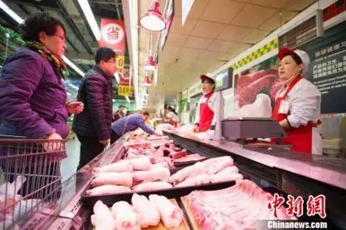 资料图:市民选购猪肉。张云 摄