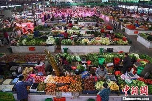 资料图:市民购新鲜蔬菜。中新社记者 胡雁 摄