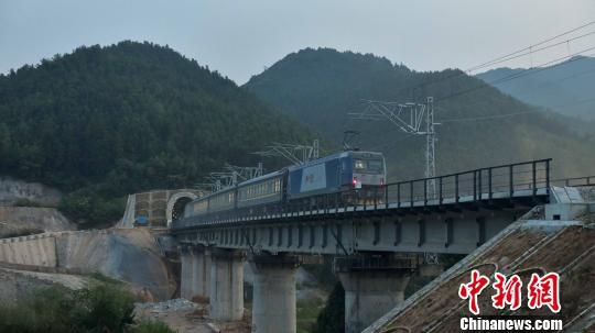 一列火车穿过中铁二十二局集团施工的浩吉铁路吉安隧道,进行动态检测。 孔祥文 摄