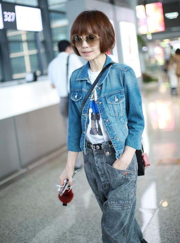 陈鲁豫穿牛仔外套搭配阔腿裤 时尚优雅