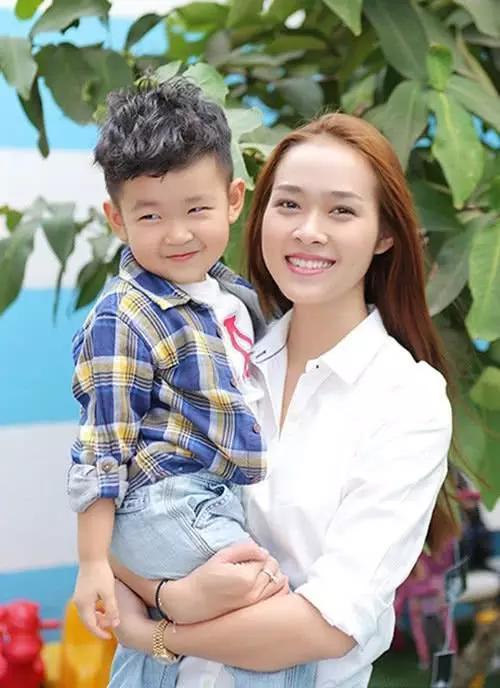 越南选美小姐嫁富商后仅三年便离婚,与前夫新成立的家庭经常来往