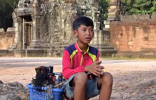 """柬埔寨穷苦的""""天才少年"""",14岁能说16种语言,是怎么学的?"""