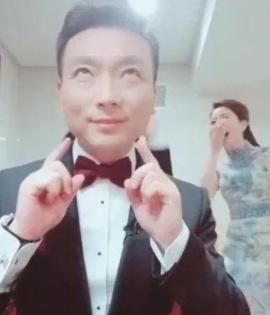 47岁的主持人康辉,结婚19年没有孩子,妻子是央视的编导