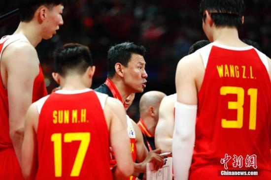 資料圖:北京時間2019年9月4日,中國男籃主教練李楠(中)在場邊指揮。當日,在北京進行的2019年國際籃聯籃球世界杯A組小組賽中,中國隊59:72不敵委內瑞拉隊。中新社記者 富田 攝