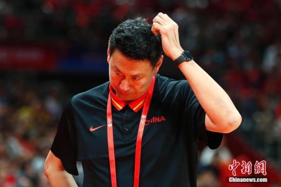 李楠和他的中國隊在本土世界杯上遭遇了滑鐵盧,晉級2020年東京奧運會希望渺茫。(資料圖:圖為9月4日,中國男籃主教練李楠在場邊。當日,在北京進行的2019年國際籃聯籃球世界杯A組小組賽中,中國隊59:72不敵委內瑞拉隊。中新社記者 富田 攝)
