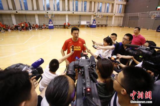 李楠正遭遇一場嚴重的信任?;?。(資料圖圖為2019年5月15日,中國男籃紅隊主教練李楠在訓練后接受媒體采訪。當日,中國男籃集訓隊紅隊在北京舉行公開訓練課。中新社記者 韓海丹 攝)