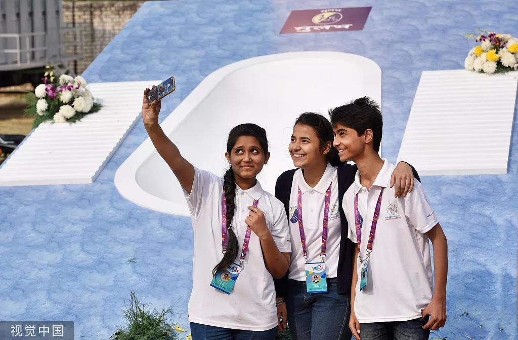 2017年世界厕所日,全球最大厕所模型在印度公开。图/视觉中国