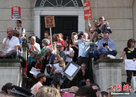 """8月31日,近万英国民众聚集在英国政府所在地伦敦唐宁街示威,抗议首相鲍里斯·约翰逊""""暂停议会""""。中新社记者 张平 摄"""