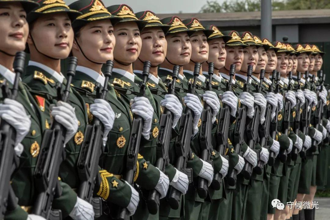 9月17日,阅兵集训点,仪仗方队中的女兵正在进行队列训练。中国青年报 李隽辉/摄影