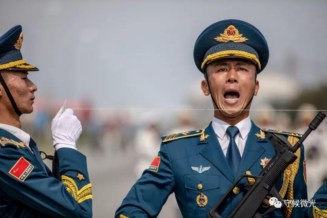 9月17日,阅兵集训点,训练中的仪仗方队。为了保证动作整齐划一,教练员拉起了标准线。中国青年报 李隽辉/摄影