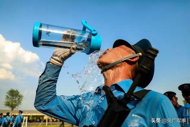 炎炎夏日,受阅官兵每天要喝下4升水 谢程宇摄