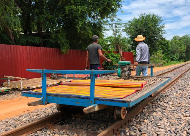 """柬埔寨""""最奇特""""的火车,竹子制造的""""敞篷火车"""",游客:好玩"""