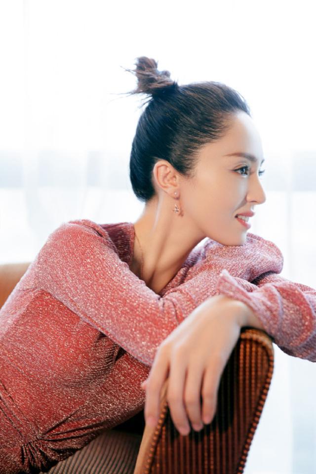 董璇离婚后越来越有韵味儿,着粉色修身长裙身姿曼妙,女神范十足