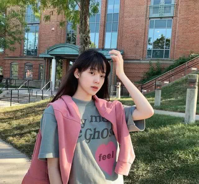 欧阳娜娜返校穿搭,外套披着甜美时尚,引领新潮流?空气刘海甜爆