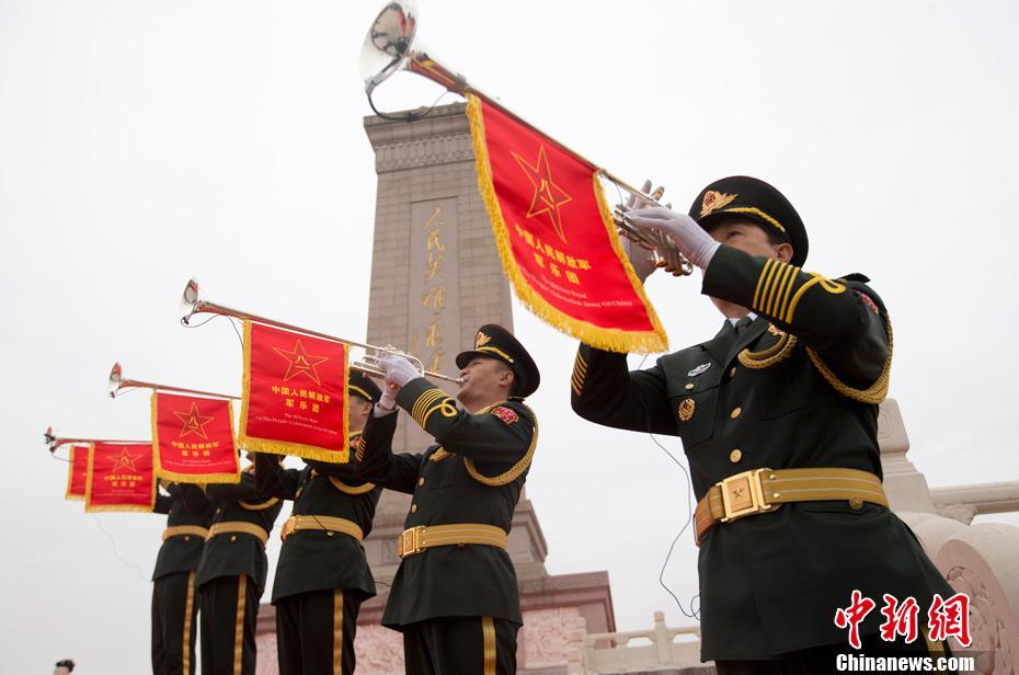 资料图:2014年9月30日是中国设立的首个烈士纪念日。当日上午,习近平等领导人来到北京天安门广场,与首都各界代表一起,出席向人民英雄敬献花篮仪式。在敬献花篮仪式开始前,解放军军乐团小号手吹响专门创作的烈士纪念日号角。中新社发 盛佳鹏 摄
