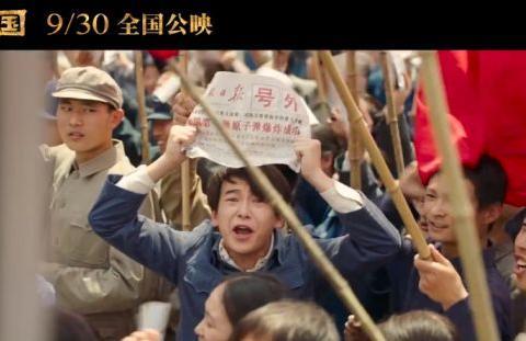 彭昱畅《我和我的祖国》路演,虽蹲在最旁边,却是笑得最自豪的