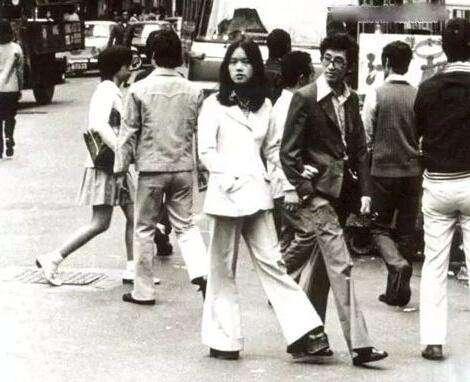 一代人的记忆!八十年代最经典穿搭,喇叭裤蛤蟆镜运动服皆是潮流