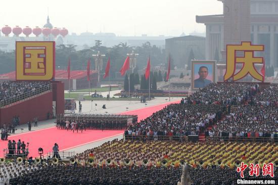 10月1日上午,庆祝中华人民共和国成立70周年大会在北京天安门广场隆重举行。中新社记者 盛佳鹏 摄