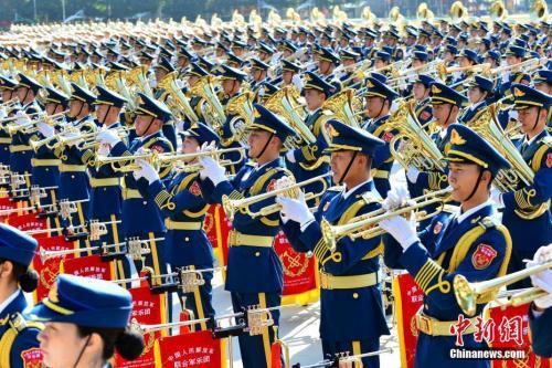 资料图:中国人民解放军联合军乐团国庆阅兵训练。中新社发 孙晓萌 摄