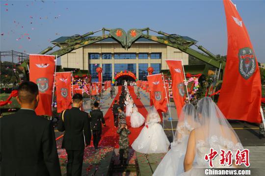 陆军第83集团军某旅举办集体婚礼 贾方文 摄