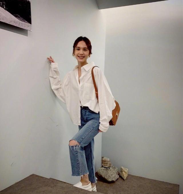婚后的杨丞琳穿着引起潮流风波,白色衬衣尽显小心机,太好看了