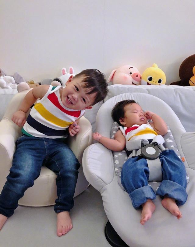 胡杏儿为小儿子办百日宴,睡觉的弟弟被强行营业,长得像极了哥哥
