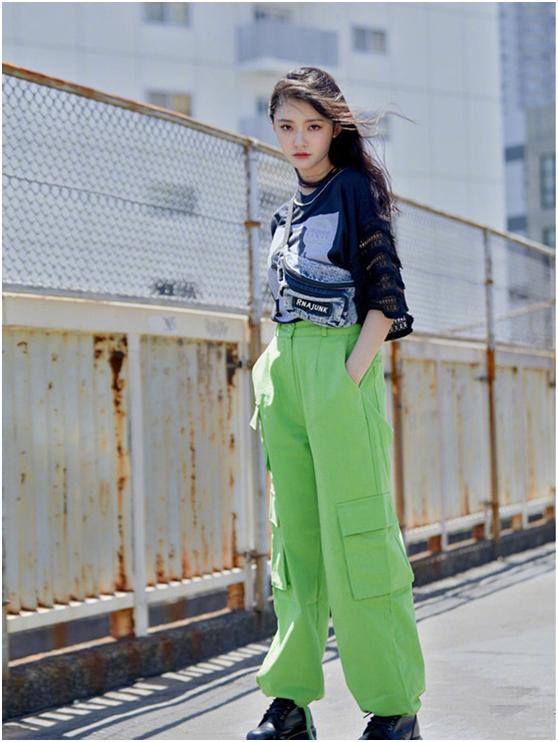 林允的穿搭有多大胆?黑色T恤配绿色工装裤,妥妥的潮流酷女孩了