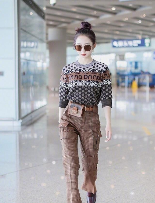 孟美岐复古街拍,中袖衫+棕色方格裤帅气十足,满满的潮流时尚感