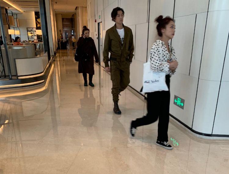 网友酒店偶遇胡歌,留中短发穿夹克衫很帅气,身材挺拔有型