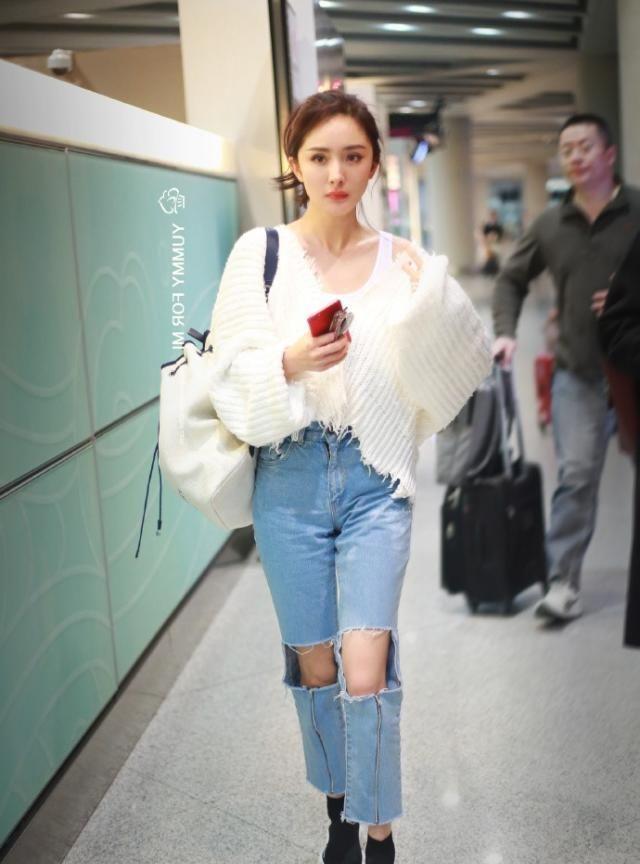 杨幂到底有多少牛仔裤?而且每条都是破洞的,穿出潮流时尚感