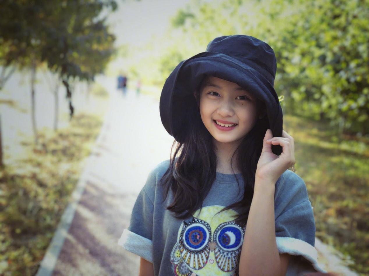 """黄磊""""富养""""女儿,两人现身机场,13岁黄多多一头黄发靓丽十足"""
