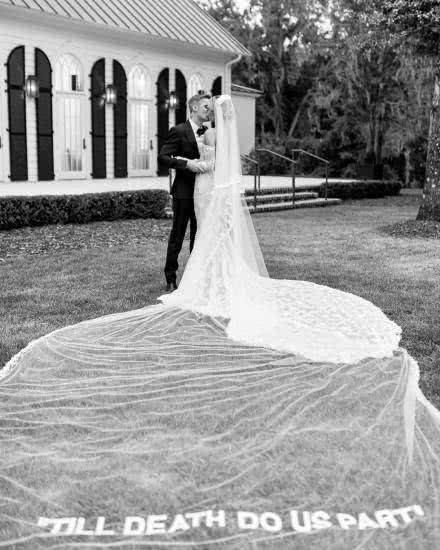 比伯海莉婚纱照曝光,两人拥吻画面超甜,同款婚纱曝光!