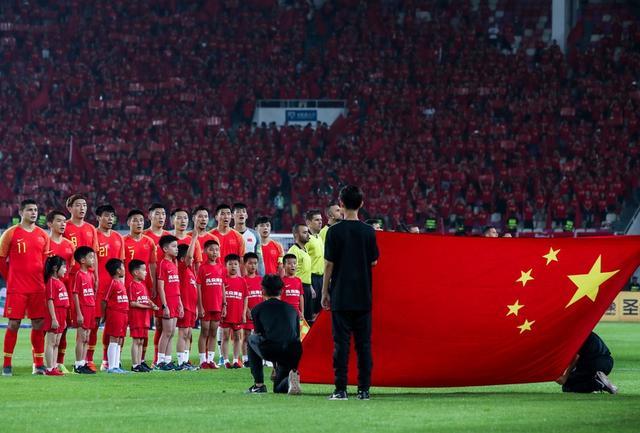 来看天河一片红!国足球迷三点完胜上海NBA球迷,后者待提高