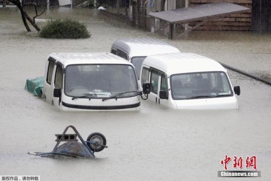 """当地时间10月12日,受台风""""海贝思""""影响,日本三重县街道及住房被洪水淹没。"""