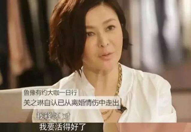 57岁关之琳近照曝光,苹果肌突出双颊枯皱,脸和身材不像同一年龄