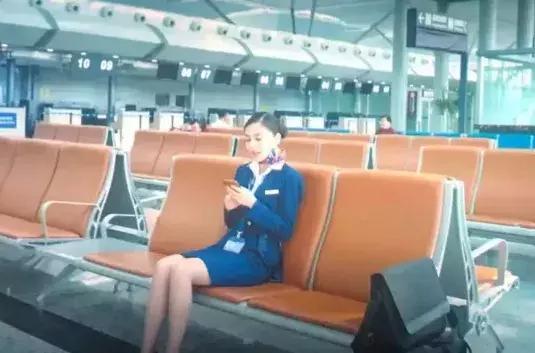 """《中国机长》杨颖""""空姐坐""""被疯传,一双腿抢尽风头,简直A爆了"""