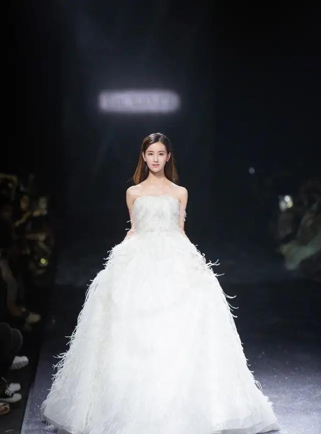 被陈都灵穿婚纱美到!白色羽毛美轮美奂,笑容甜美超有灵气