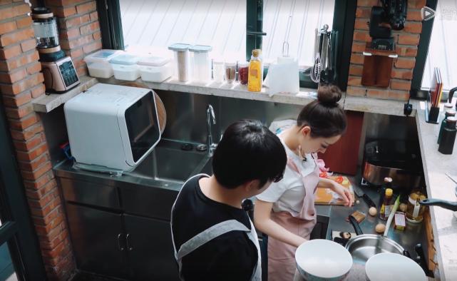 钢琴家的手到底有多重要?吉娜做饭必须戴手套,郎朗根本不做家务