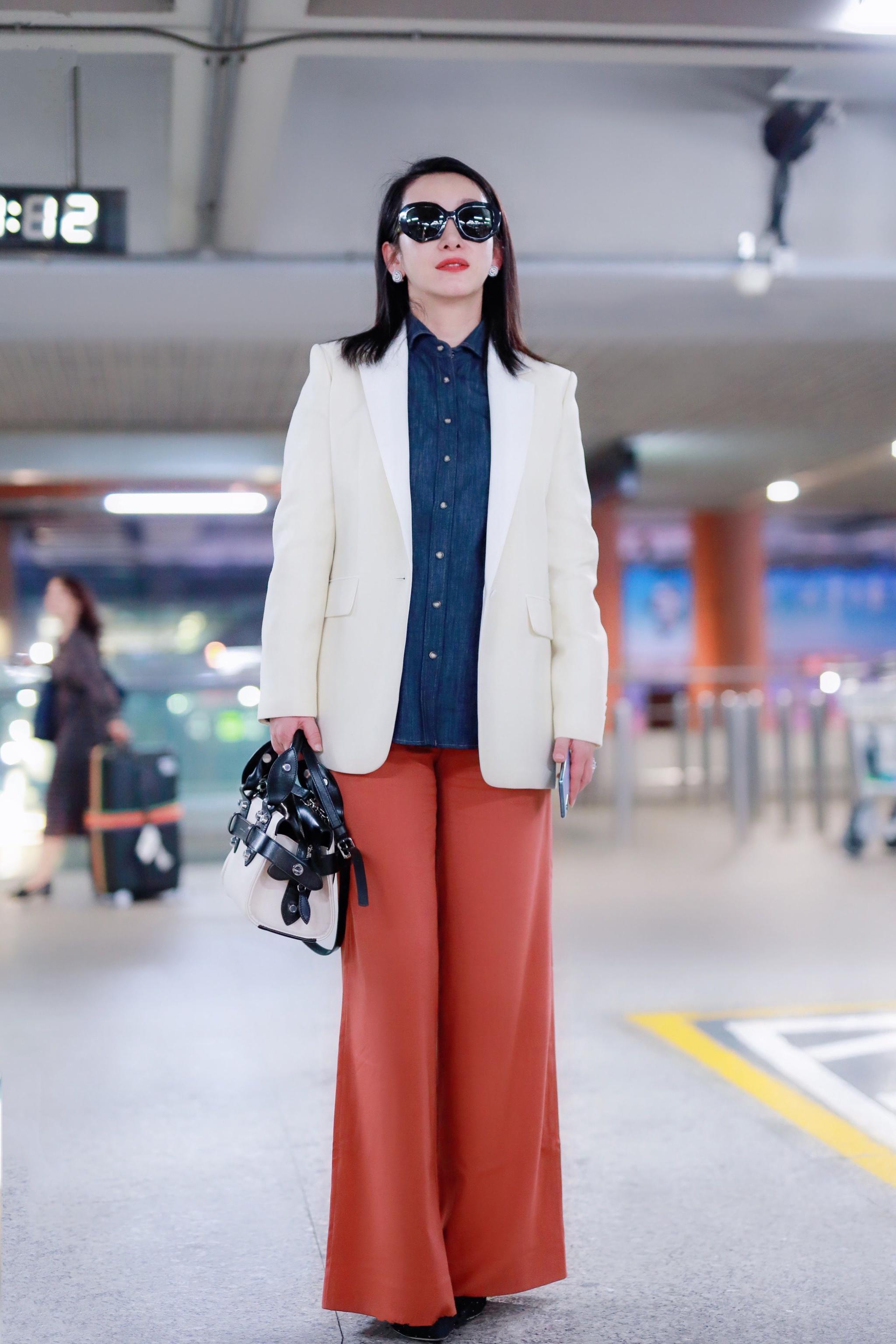 秦海璐西装阔腿裤走机场,大气从容又时尚,这才是女人该有的样子