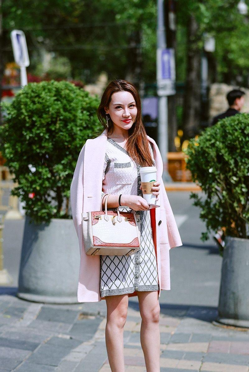 街拍摄影欣赏——街头都市女性的优雅自信与时尚潮流