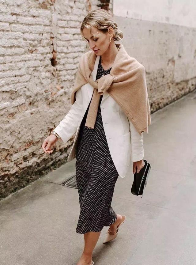 旧毛衣不要扔,4种方法花样披在肩上,轻松成为潮流时尚达人