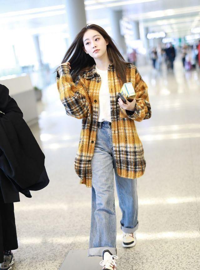 女演员祝绪丹现身街头,穿毛呢格纹外套配搭牛仔阔腿裤
