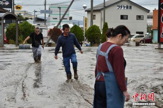 """""""海贝思""""入侵日本带来破纪录大雨,引发大范围洪灾。图为民众在洪水退去后进行清淤工作。"""