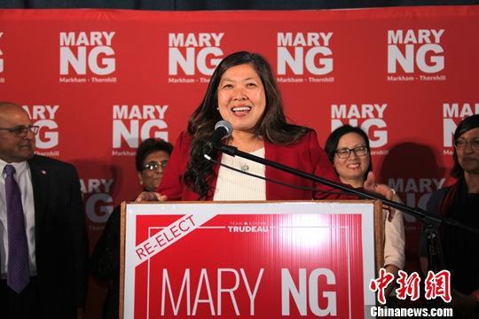 加拿大第43届联邦众议院选举于当地时间10月21日迎来投票日。图为伍凤仪在当晚选举结果揭晓后发表胜选感言。中新社记者 余瑞冬 摄