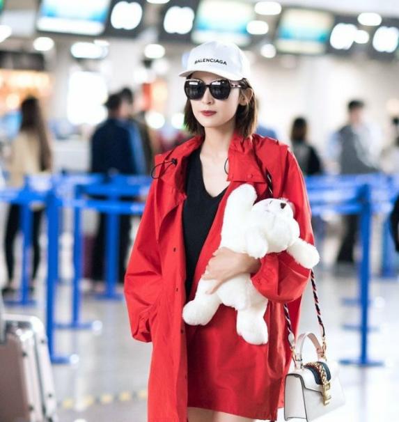 古力娜扎的穿搭,红色的风衣外套洋气时尚,黑紫粉毛衣潮流感十足