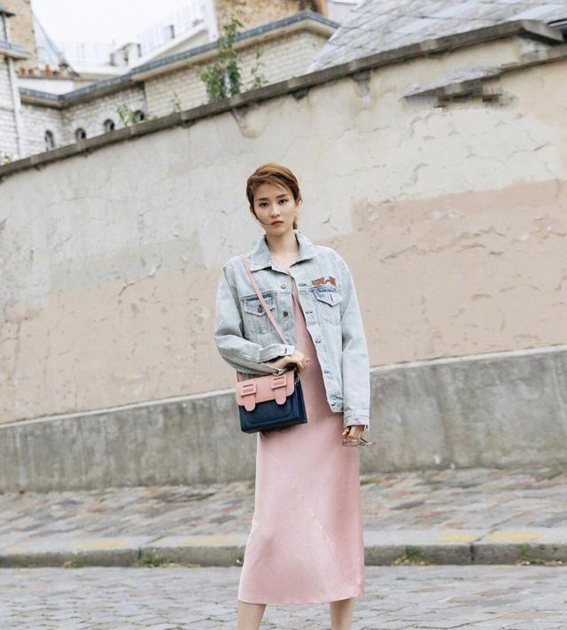 乔欣终于换风格,穿粉色连衣裙配牛仔外套,整体搭配时尚又减龄