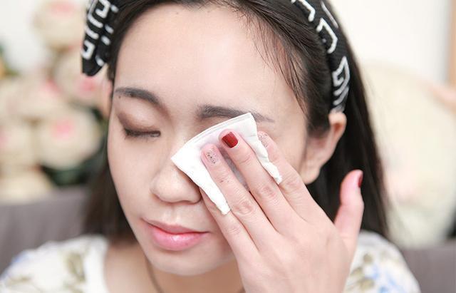 """女人护肤时,这3个习惯一直不改,眼部细纹可能会""""增多""""!"""