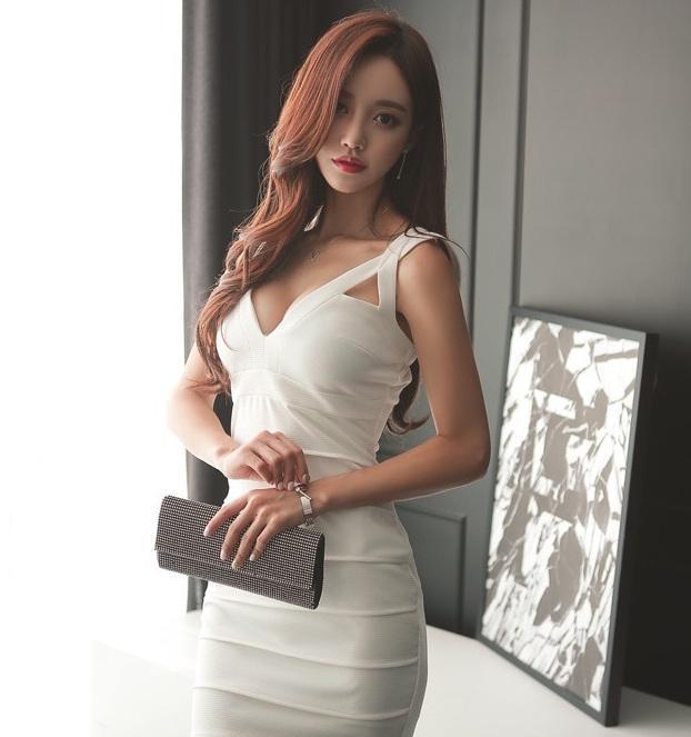 紧身裙美女: 时尚潮流的美女, 身材特别好, 回头率十足!